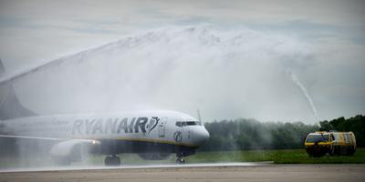 Op maandag 14 mei in 2012 landde de eerste rechtstreekse vlucht vanuit Milaan (Bergamo) van Ryanair op Groningen Airport Eelde. De vlucht werd feestelijk onthaald met een ereboog op het platform. Foto: Archief DvhN