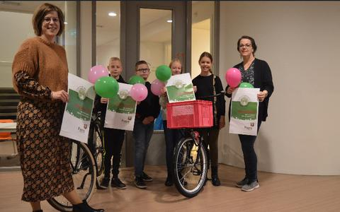 Directeur Andrea Oldewening (links) van de Mijndert van der Thijnenschool samen met Charissa Kerssies, Jermaine Osseforth, Gerrit Beugelink, Mila-Mae Roelofs (leerlingenraad) en Vanessa Timmer-Snippe.