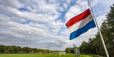 De vlag bij Asser Boys hangt halfstok voor de twee omgekomen jongens. Foto: Marcel Jurian de Jong
