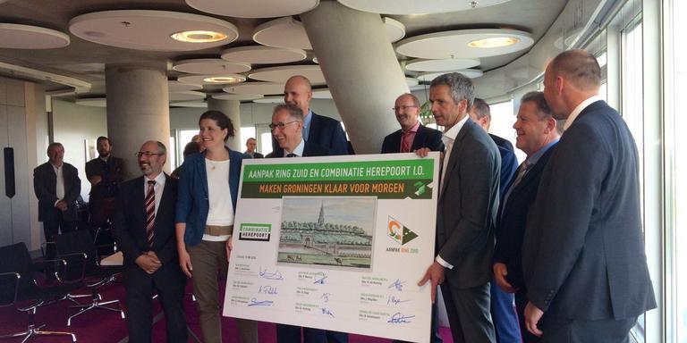 Directeur Hans de Koning van Max Bögl Nederland en topman Cees Brandsen van Rijkswaterstaat Grote Projecten zetten hun handtekening onder het realisatiecontract voor de ombouw van de zuidelijke ringweg in Groningen. FOTO DVHN