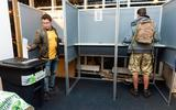 Verkiezingen uitgesmeerd over drie dagen vanwege corona, 70-plussers stemmen per post