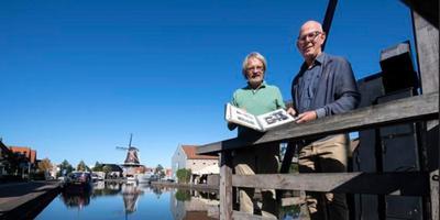 Bernhard Hanskamp (l) en Wim Postma bij Bleekerseiland en de sluis van Meppel. In hun handen het boekwerk vanPiet de Groot Foto: Marcel Jurian de Jong