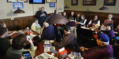 Mike Huckabee spreekt supporters toe in een pizzarestaurant in Iowa. Foto: EPA