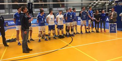De spelers van Lycurgus tonen hun Samen-shirts. Rechts Bert Jan Bruning van Nedmag. Foto: DvhN