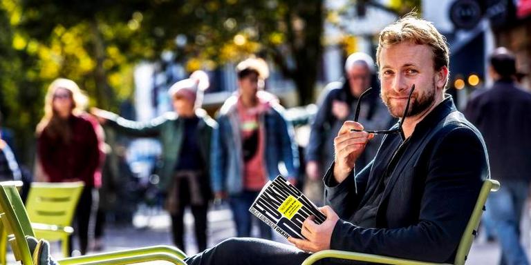 Psycholoog Thijs Launspach zit er relaxed bij met zijn boek 'Fokking druk'. Foto: Pim Ras