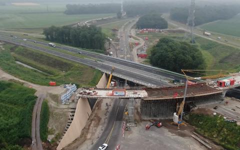 Bekijk vanuit de lucht hoe de nieuwe fly-over bij knooppunt Emmen-West bijna klaar is. Verkeer over de N34 rijdt nu over vernieuwde oostelijke rijbaan
