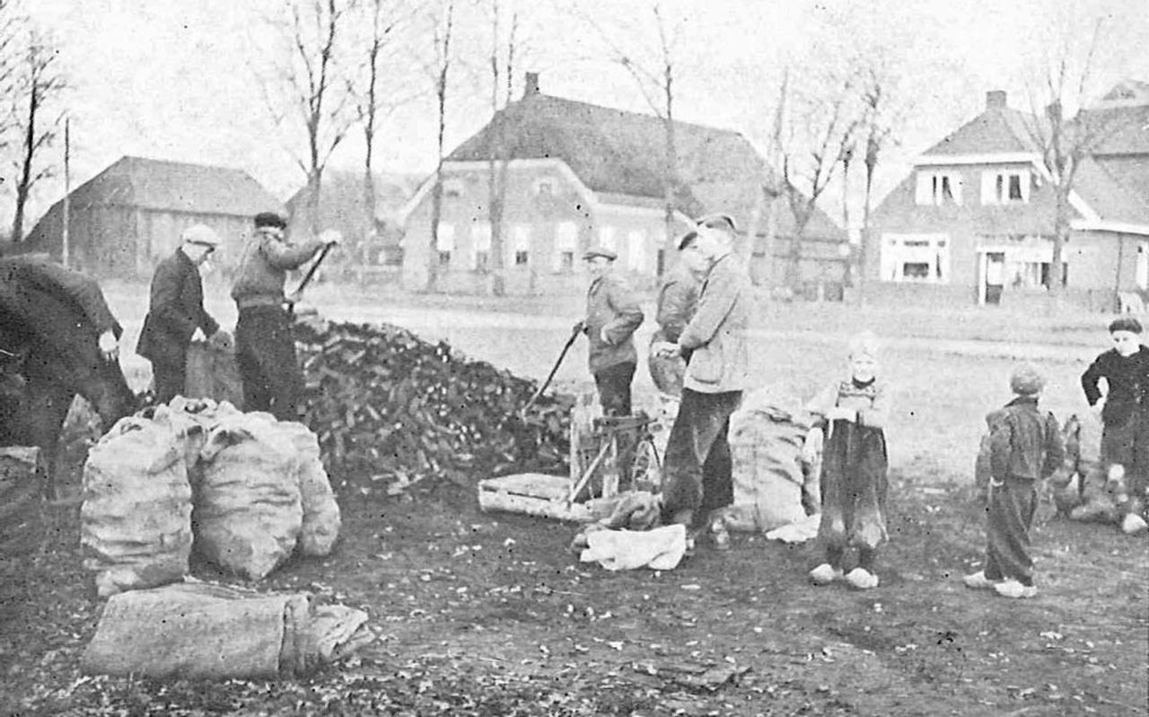 Foto uit boek, The deeply rooted, A study of A Drents community in the Netherlands. Door John Y. Keur en Dorothy L. Keur.