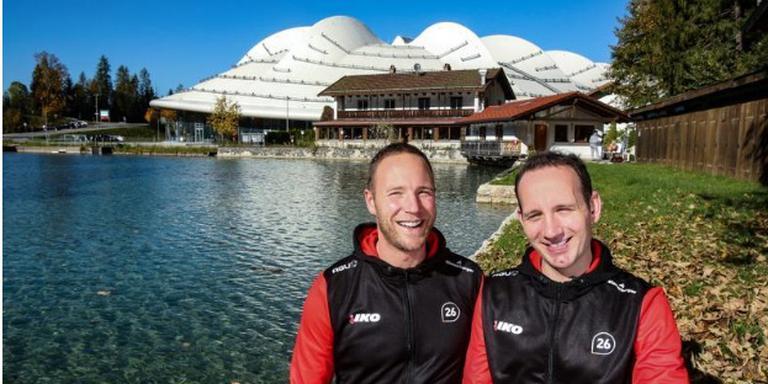 Erwin (l) en Martin ten Hove met op de achtergrond de Max Aicher Arena in Inzell. Foto: Glenn Wassenbergh
