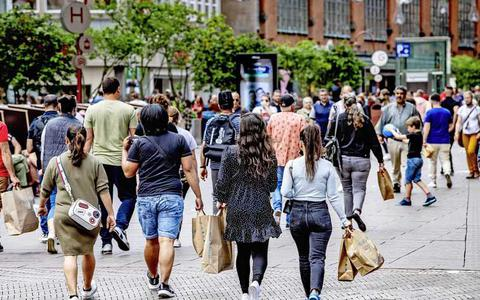 Veel consumenten blijven winkelstraten in grote steden voorlopig mijden, ook als alle coronabeperkingen zijn opgeheven.