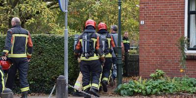 Brandweermensen bij het huis in Aduard. Foto: De Vries Media