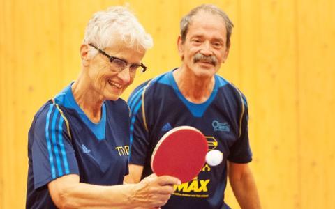 Tafeltennisvereniging Eelde gaat actief senioren én vrouwen werven. Bettine Vriesekoop slaat de eerste bal tijdens Oldstars