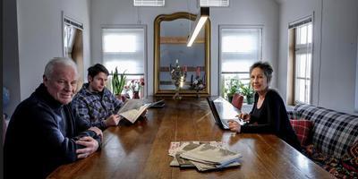 Henk Bos, Birgit Gruisen en zoon Jan Bos in hun woning in Tjuchem. Foto: Jan Zeeman