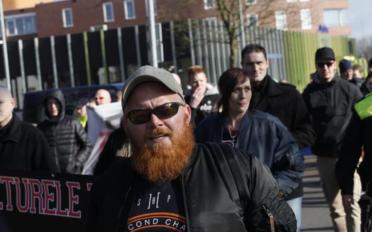 Marcel Flink loopt vooraan tijdens een demonstratie in Winschoten tegen de vluchtelingenopvang