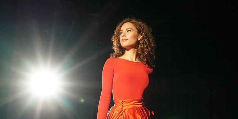 Alisa Tuasuun zingt op een kerstsingle voor Kika Nederland.