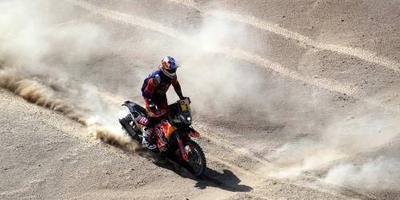 Price wint Dakar Rally met pijnlijke pols