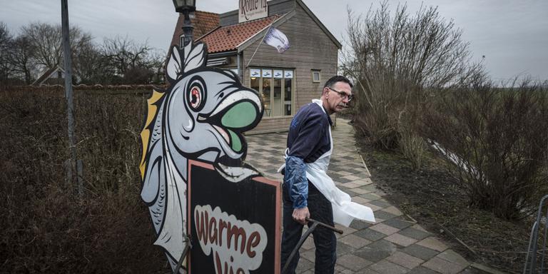 Henk Uuldersma haalt zijn reclamebord binnen. FOTO KEES VAN DE VEEN