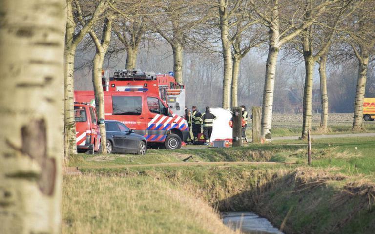 Automobiliste overlijdt na botsing tegen boom tussen Zoutkamp en Niekerk.
