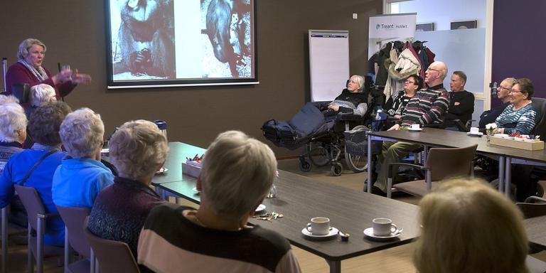 Sis Hoek vertelt over het oude Dierenpark aan de Verhalentafel in verzorgingshuis de Holdert