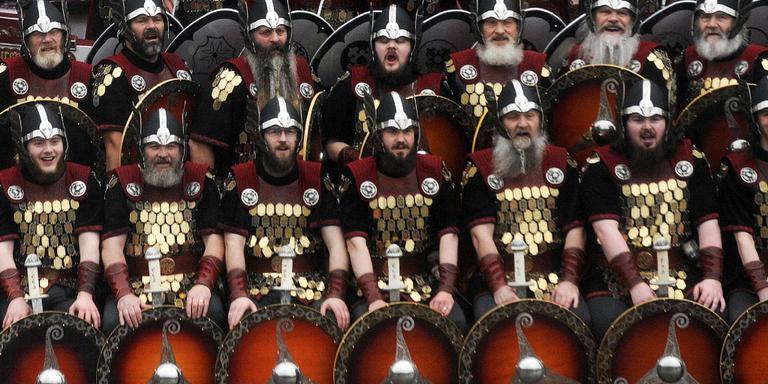 De Vikingen poserend voor het schip. FOTO AFP/ANDY BUCHANAN