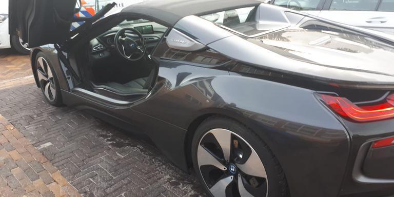 De op de Grote Brink in Borger achterlaten BMW I8 Roadster. Foto: Twitter/Politie Aa en Hunze