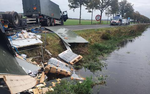 De ravage van de geschaarde oplegger van Defensie langs de Kolonievaart in Huis ter Heide. Foto: Twitter Koninklijke Marechaussee