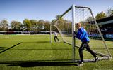 De jeugd mocht in april weer beginnen met sporten. Hier werd toen een voetbalveld in gereedheid gebracht.