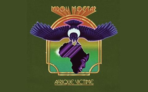 Mdou Moctar: Afrique Victime. Moctar peurt met zijn gitaar de psychedelica uit de woestijn   CD-recensie rock & blues ★★★★☆
