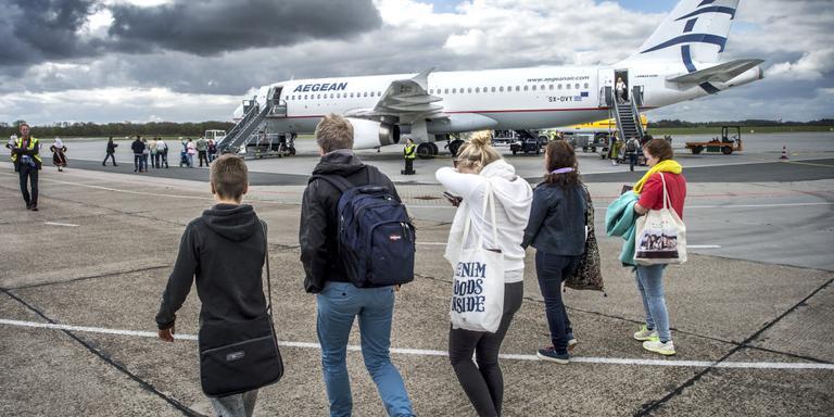 Passagiers lopen naar hun vliegtuig op Groningen Airport Eelde. FOTO DUNCAN WIJTING