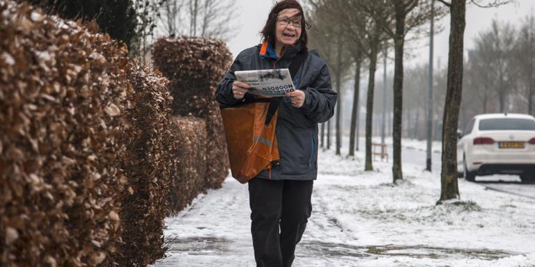 Ondanks de ijzel bezorgt Wiea van Maaren elke ochtend de dagbladen.