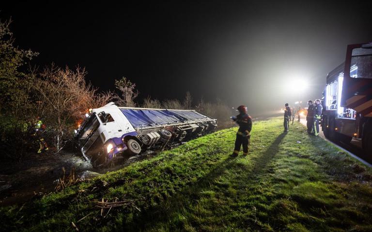 Enkele kippen sneuvelen bij ongeluk met vrachtwagen op A7 bij Oostwold.