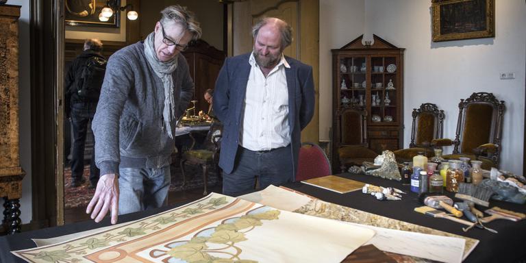 Ambachtelijk schilder Appie Veenstra (links) en voorzitter Hein van de Water van de Restauratorenvereniging Noord. FOTO DUNCAN WIJTING