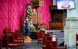 De laatste voorbereidingen worden getroffen in de Grote Kerk, in aanloop naar Prinsjesdag. De ceremonie ziet er dit jaar anders uit, wegens de maatregelen rondom het coronavirus.