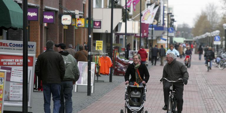 Winkelen in de Hoofdstraat in Hoogeveen. FOTO ARCHIEF GERRIT BOER