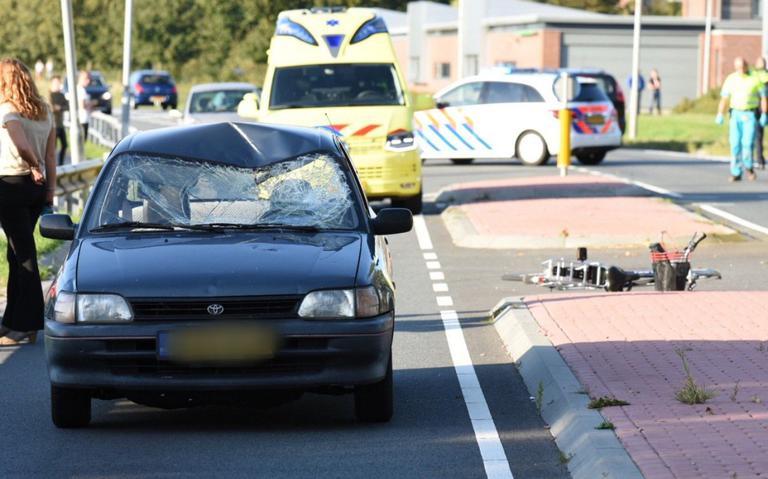Fietser zwaar gewond na aanrijding met auto in Emmen.