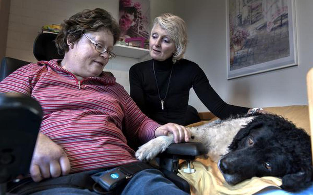 Bewoonster Annet de Boer van De Zijlen in Tolbert geniet zichtbaar van het bezoek van Jorien van Helvoirt (midden) met haar hond Indi. FOTO PETER WASSING