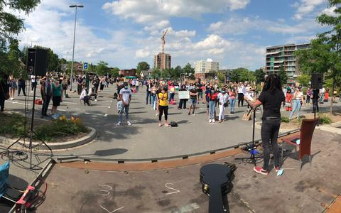 Black Lives Matters demonstratie in Emmen brengt 300 mensen samen, organisatie deelt gratis mondkapjes uit