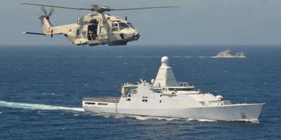De Zr. MS. Groningen met helikopter in tropische wateren.