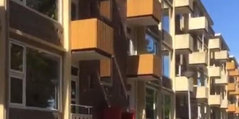 De balkons van de flat aan de Westinidschekade zijn vorlopig verboden gebied voor de bewoners.