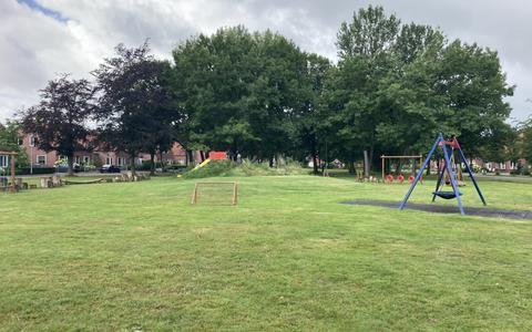 De speeltuin tussen Brinkstraat-Noord en -Zuid in Nieuw-Roden, waar donderdag het drugslab is opgerold.