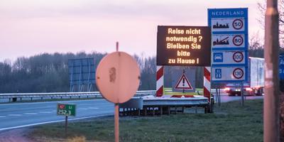 Waarschuwingsborden bij de grens, zoals hier langs de A7 bij Bad Nieuweschans.