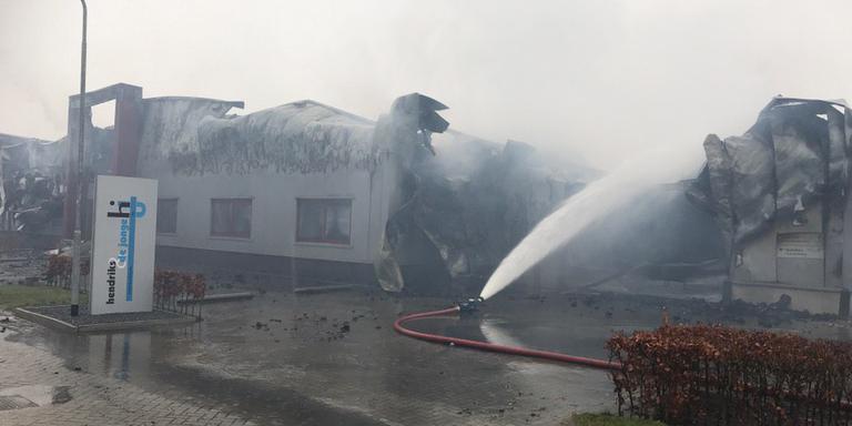 Disndagochtend is de brandweer druk met nablussen. Foto: DvhN