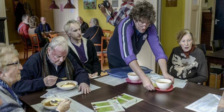 Buurtbewoners en leden van het sociaal wijkteam ontmoeten elkaar tijdens een lunch in buurtcentrum Stadspark. Foto Jan Zeeman