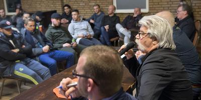 Voorzitter Willem Zwikker spreekt de leden toe. Foto Jan Anninga