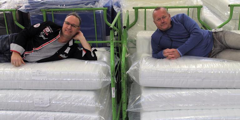 Johan Esman (links) en Henk Hoiting op hun matrassen. Foto: Jean-Paul Taffijn