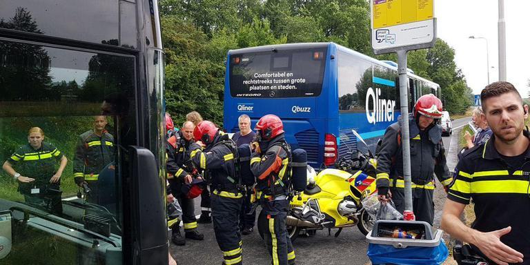 Twee passagiers en de chauffeur werden onwel en moesten naar het ziekenhuis. Foto: 112 Groningen/Patrick Wind