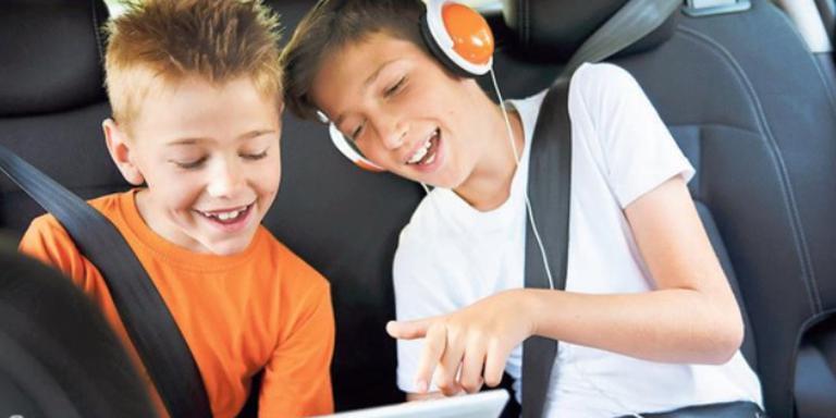 De tablet is het ideale middel tegen verveling op de achterbank. Foto: Shutterstock