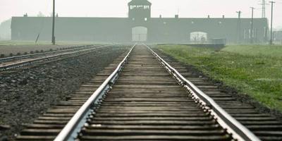 Auschwitz laakt fotograferen mensen op rails