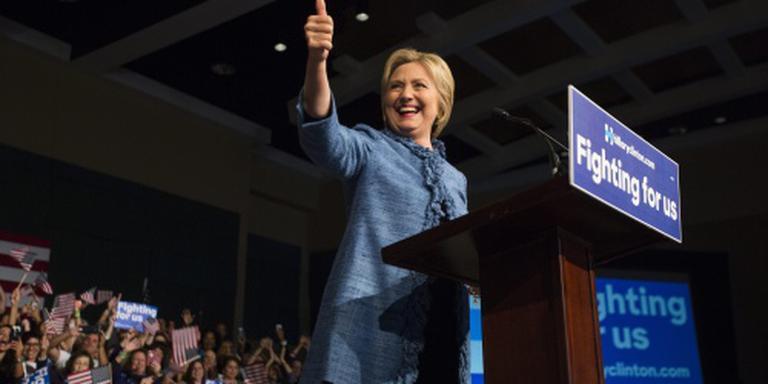 Clinton veegt vloer aan met Sanders