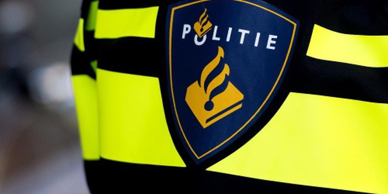Auto rijdt in op politiebiker, agent schiet
