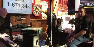 Amateurdarter Frank Posthumus uit Assen houdt een korte pauze. Foto: DvhN